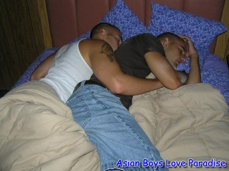 sleeping_hot_gay_couple_4